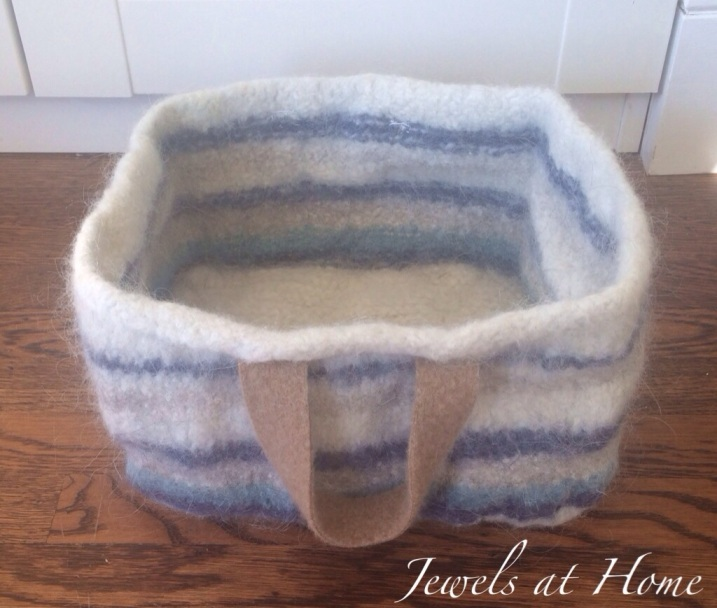 Instructions for knitting a pretty felted wool storage basket | Jewels at Home