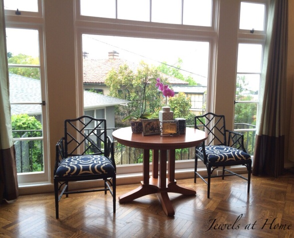 Pretty table and chairs vignette in a Chinoiserie style | Jewels at Home