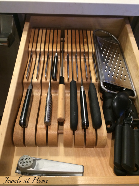 10 tips for a clutter-free kitchen: a knife block inside the drawer keeps the counters clear and protects little ones from sharp objects | Jewels at Home