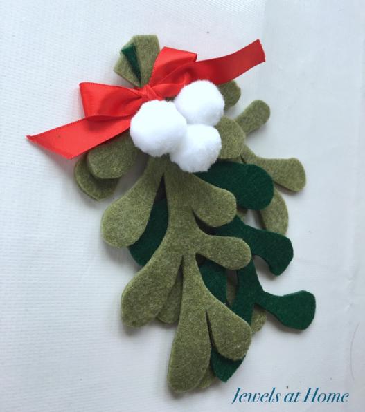 DIY Felt and Pom Pom Mistletoe | Jewels at Home